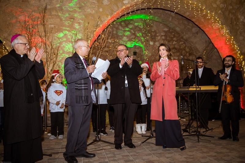 Queen Rania Lights Christmas Tree In Fuheis Queen Rania